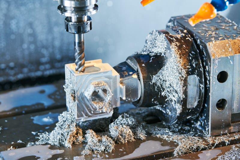 Proceso metalúrgico que muele Metal industrial del CNC que trabaja a máquina por el molino vertical Líquido refrigerador y lubric fotografía de archivo