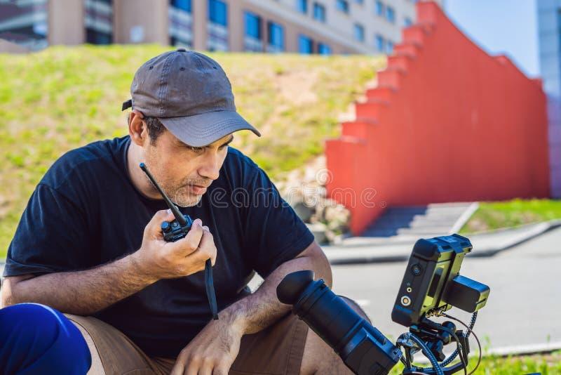 Proceso que tira en la etapa del cine - sistema de producción comercial, ubicación exterior El cameraman de Profeccional actúa imágenes de archivo libres de regalías