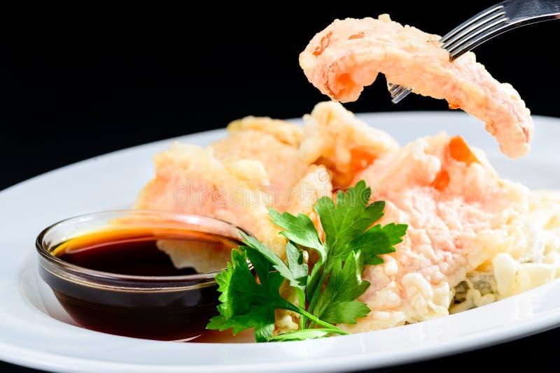 Process av att äta läcker och aptitretande tempura-stekt vegetab fotografering för bildbyråer
