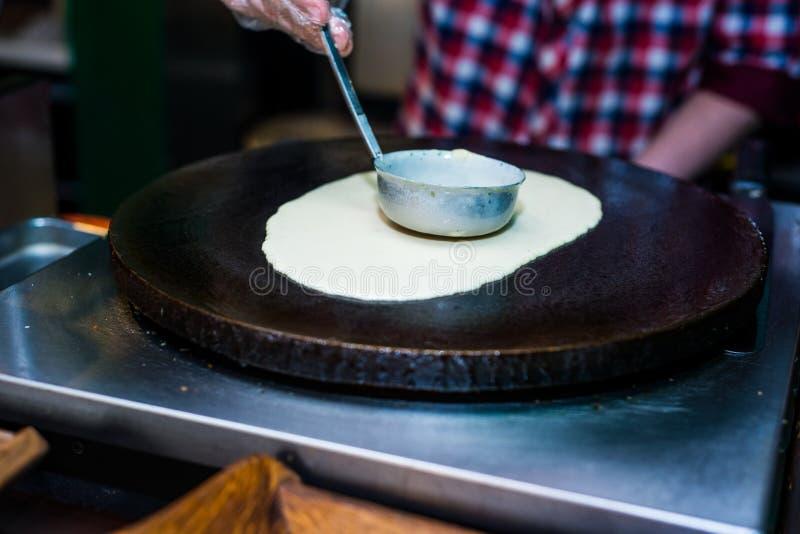 Process av att göra en pannkaka arkivbilder