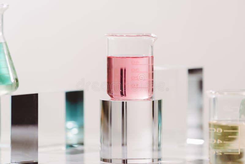 Process av att g?ra dofter Laborationingrediensextrakt f?r naturlig sk?nhet och organisk kosmetisk produkt royaltyfri bild