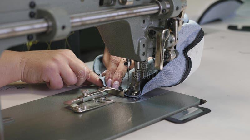 Process av att sy l?dergods Visaren av symaskinen i r?relse tv? visare av symaskinen snabbt royaltyfria foton