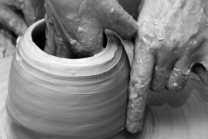 Process av danandeclayware på hjulet för keramiker` s arkivbild