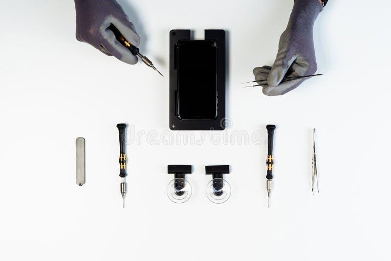 Process av den bästa sikten för mobiltelefonskärmreparation arkivbilder