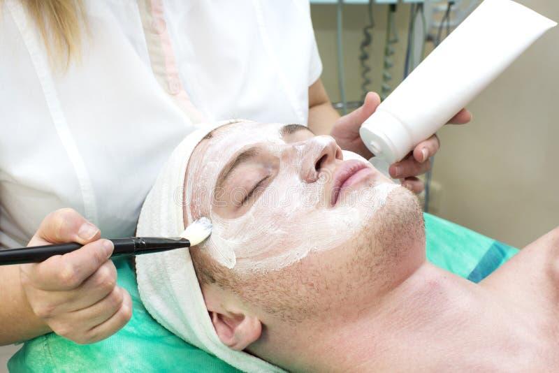 Process av massagen och ansiktsbehandlingar fotografering för bildbyråer
