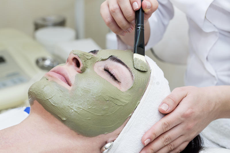 Process av massagen och ansiktsbehandlingar royaltyfri bild