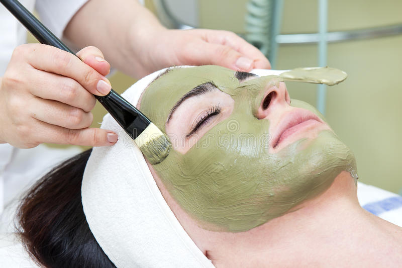 Process av massagen och ansiktsbehandlingar arkivbild