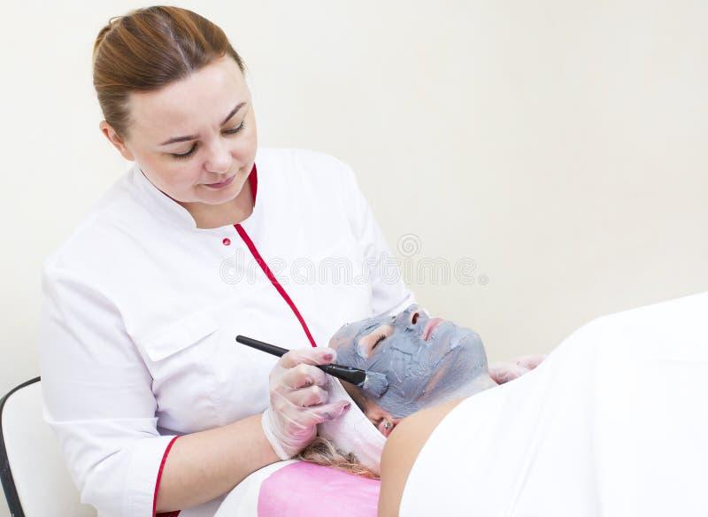 Process av massagen och ansiktsbehandlingar royaltyfri fotografi