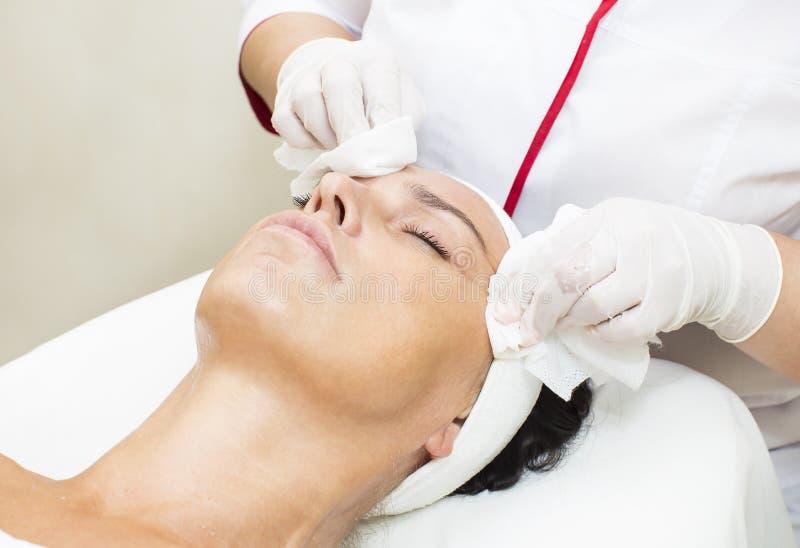 Process av massagen och ansiktsbehandlingar royaltyfria foton