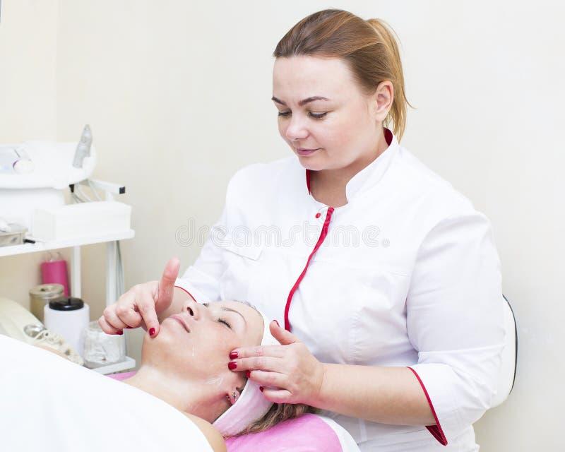 Process av massagen och ansiktsbehandlingar arkivfoton