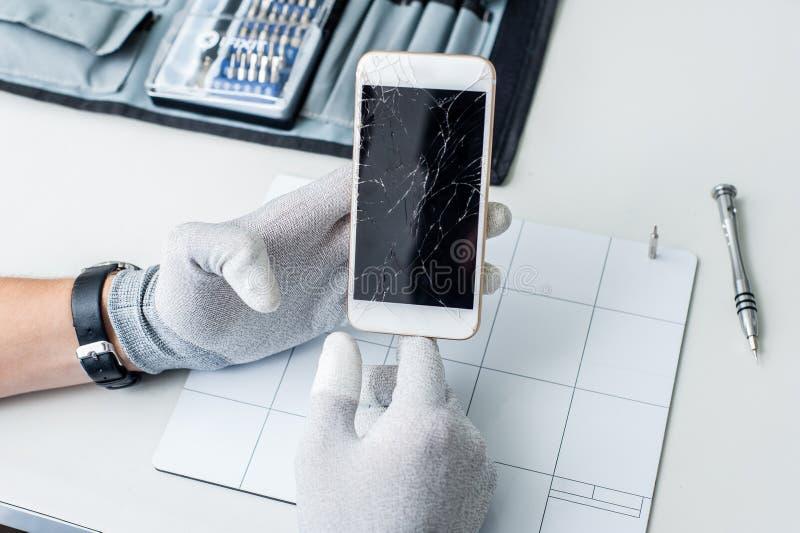 Process av mobiltelefonreparationen som ändrar skärmen arkivbild