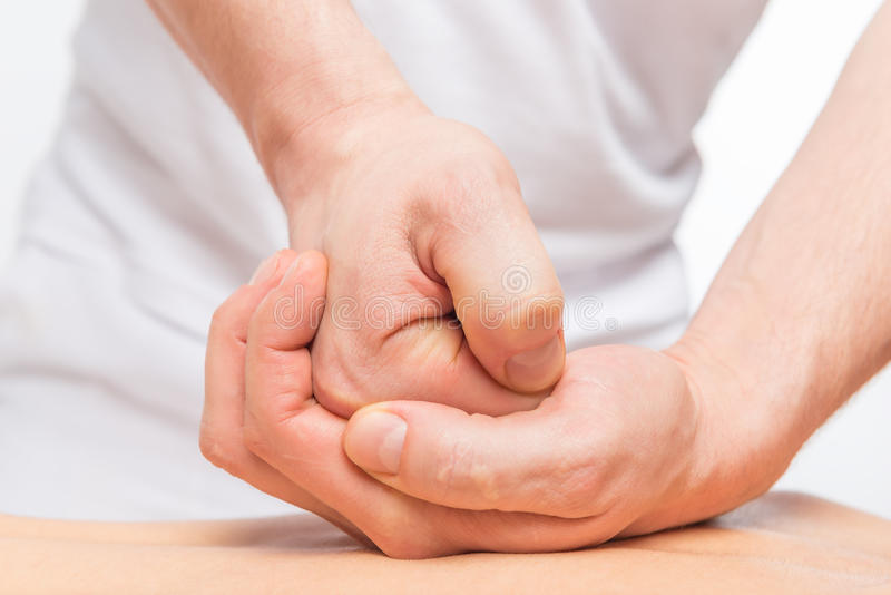 Process av sportarna massage, hand för man` s royaltyfria bilder