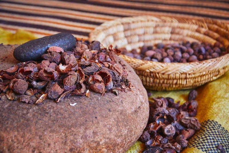 Process av traditionell tillverkning av marockansk jungfrulig arganolja arkivfoto