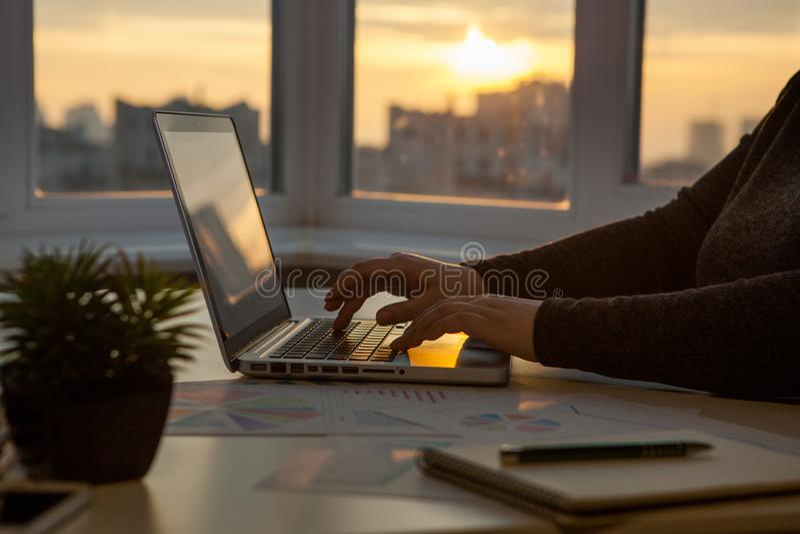 Process för arbete för affärskvinnor Idékläckning för marknadsföringsstrategi royaltyfri bild
