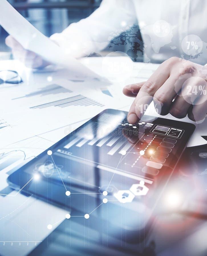 Process för arbete för riskledning Minnestavla för rörande skärm för dokument för rapport för marknad för bildaffärsman funktions royaltyfria foton