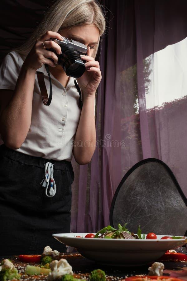 Process för arbete för matfotografi i kulisserna royaltyfri fotografi