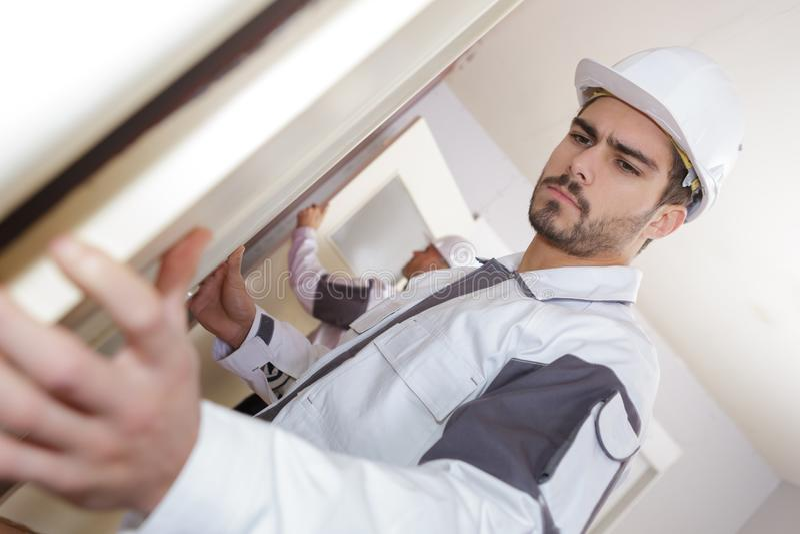 Process för installation för fönstermontering för woodhousemodernisering arkivfoto