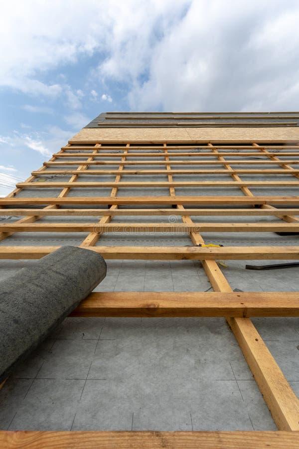 Process f?r byggnadskonstruktion av det nya tr?taket p? tr?ramhus royaltyfria foton