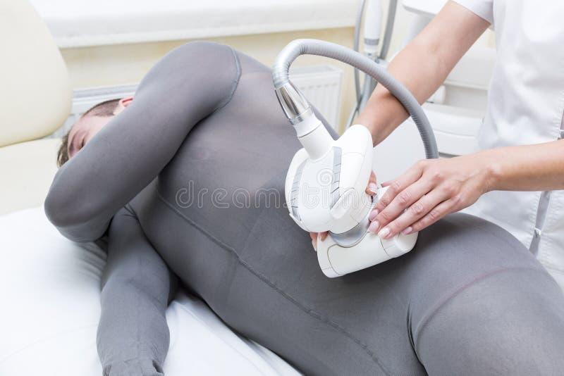Process p? kliniklipomassagen royaltyfri foto