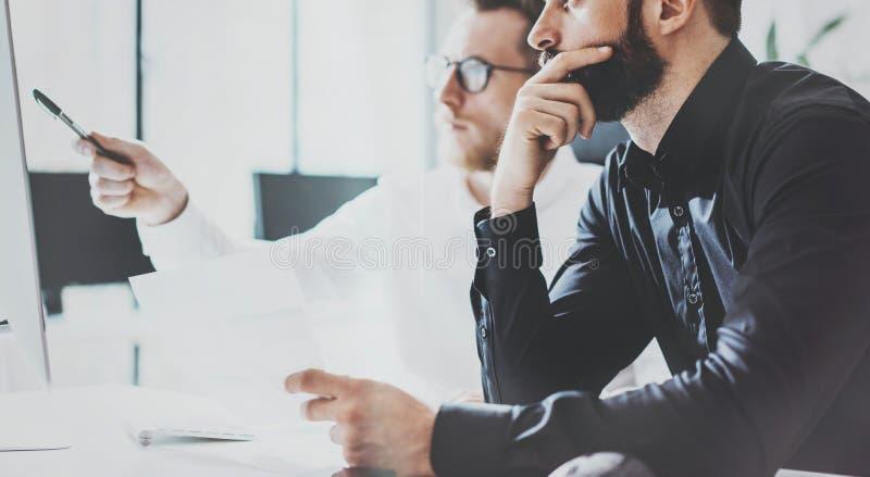 Process Sunny Office för Coworkersaffärsmöte Modernt begrepp för Closeupteamwork Två barn skäggiga Guy Discussing arkivbild