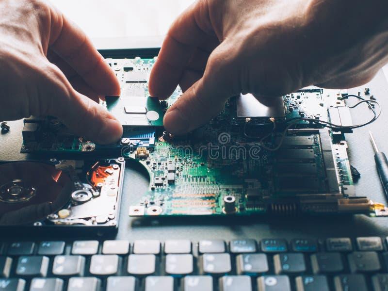 Processador central da instalação do processador da elevação do computador fotos de stock
