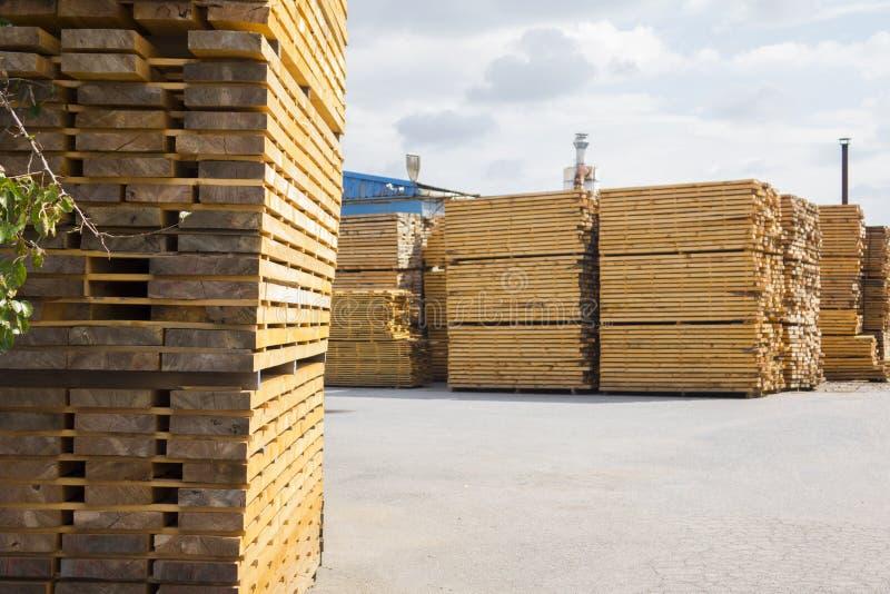 processamento de madeira Trabalho da obra de carpintaria Mobília de madeira Material de construção de madeira da madeira para o f foto de stock
