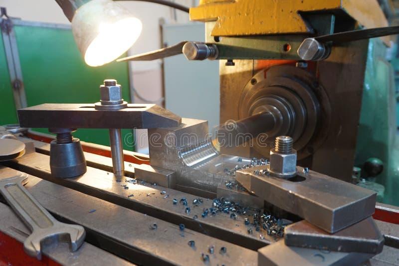 Processamento do metal cortando, fazer à máquina final das partes em uma máquina de trituração fotos de stock royalty free