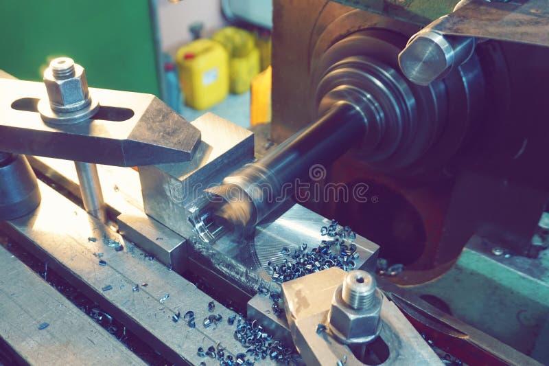 Processamento do metal cortando, fazer à máquina final das partes em uma máquina de trituração foto de stock royalty free