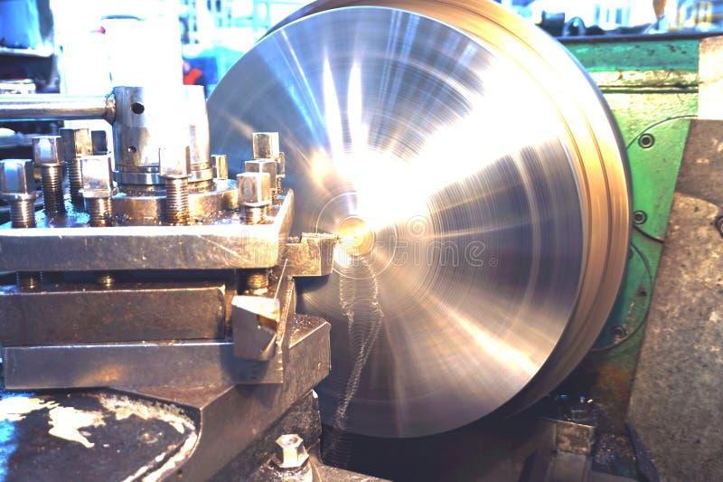 Processamento do metal cortando, processamento final das partes em um torno fotos de stock royalty free