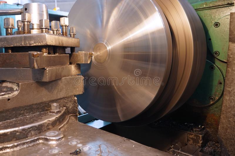 Processamento do metal cortando, processamento final das partes em um torno fotografia de stock