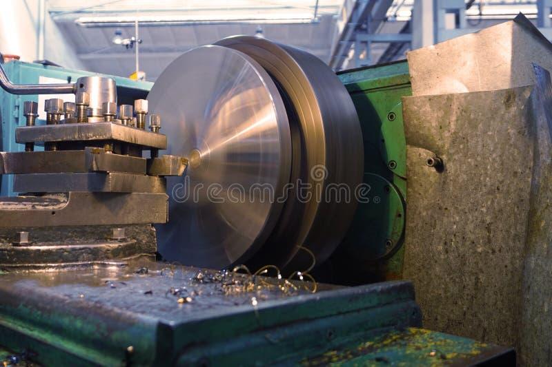 Processamento do metal cortando, processamento final das partes em um torno imagem de stock royalty free