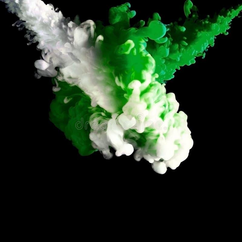Processen av att blanda målar i vatten, det kulöra färgpulvermolnet, abstrakt bakgrund arkivfoto