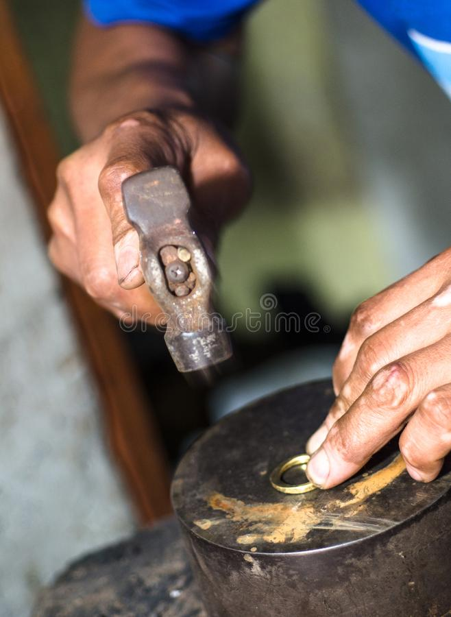 Processen av att göra guld- smycken Bulta den guld- cirkeln Tillverka en guld- cirkel arkivfoto