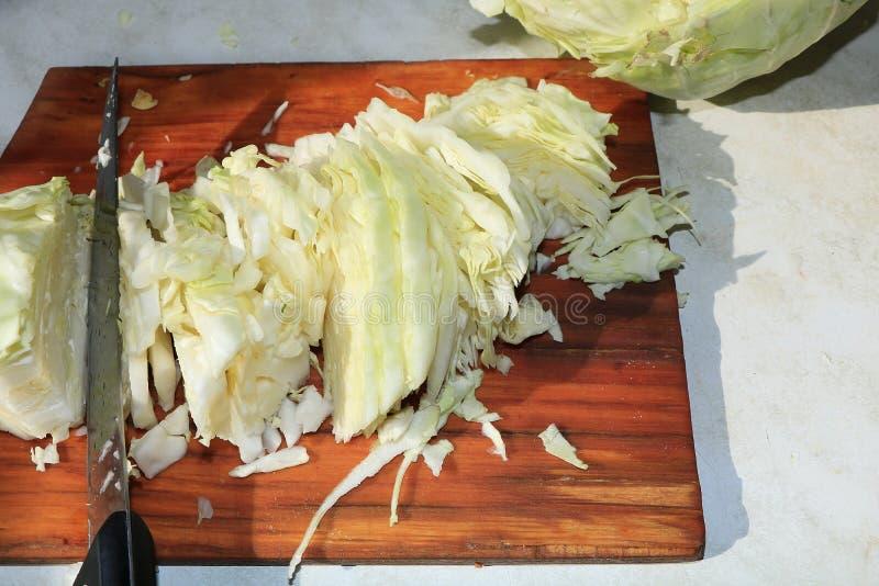 Processen av att laga mat surkålen i lantliga villkor royaltyfri fotografi