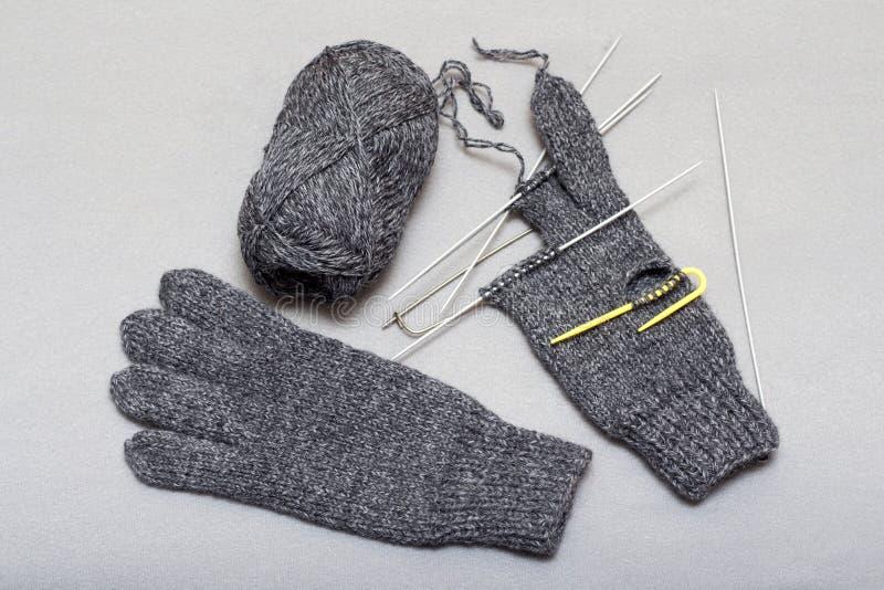 Processen av att sticka woolen handskar på stickor royaltyfria foton