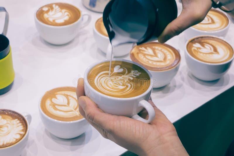 Processen av danandekaffe royaltyfri foto