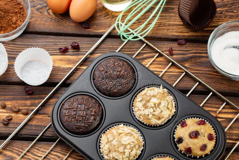 Processen av danandemuffin i ljust silikon bildar Laga mat som är processaa Förberedelseetapp arkivbild
