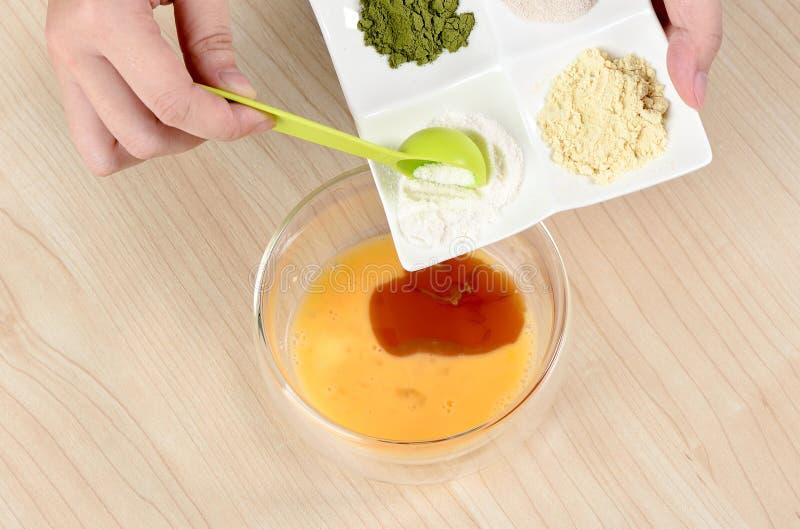Processen av för matlagningmåne för kock hemlagad bakelse för kaka och för mung böna, genom att tillfoga ägg arkivfoto