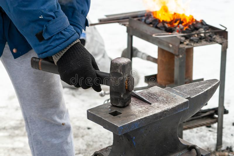 Processen av hand-smide metall royaltyfria foton