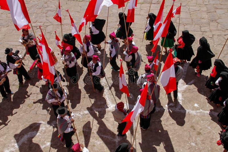 Procession av flaggabärare på den lokala festivalen arkivbilder