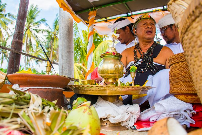 Procession av hinduisk ceremoni för härlig Balinese i den Bali ön royaltyfri foto