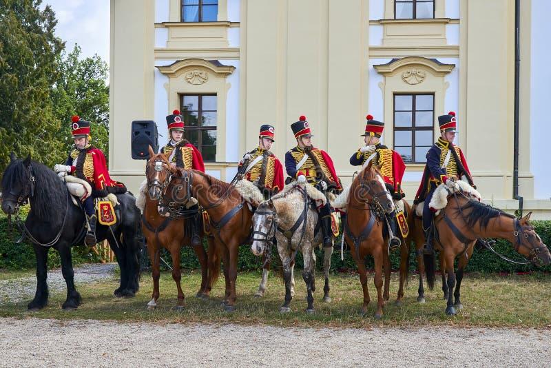 Procession av skickliga ryttare i historisk likformig från den Napoleon Bonaparte perioden i stor domstol av den Slavkov-Austerli arkivbilder
