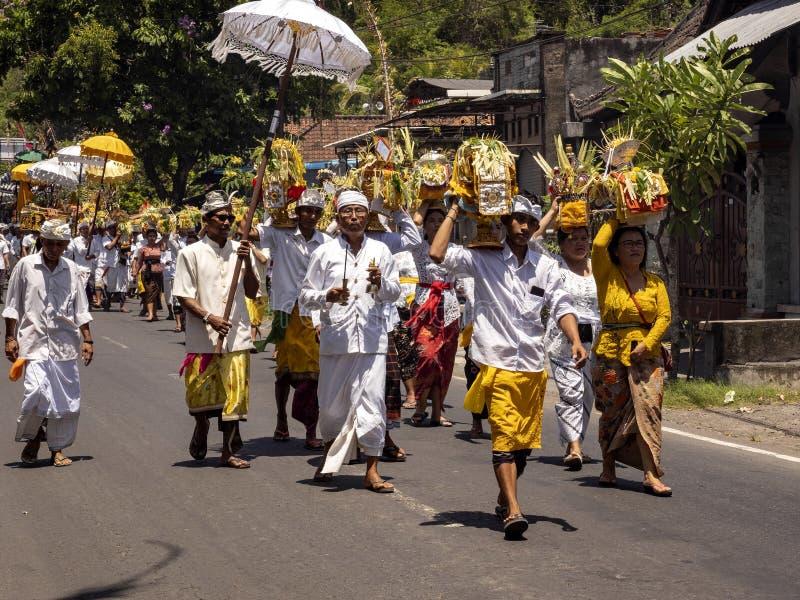 , processione indù in cerimonia 15 novembre 2019, Padagbai, Bali, Indonesia immagini stock