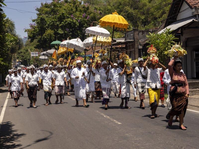 , processione indù in cerimonia 15 novembre 2019, Padagbai, Bali, Indonesia fotografie stock libere da diritti