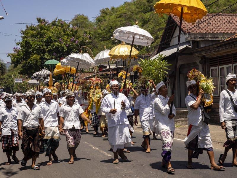 processione indù in processione 15 novembre 2019, Padagbai, Bali, Indonesia immagine stock libera da diritti