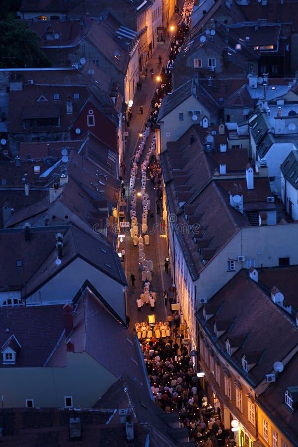 Processione tramite le vie della città per un giorno la nostra signora del vrata di Kamenita, protettrice di Zagabria fotografia stock libera da diritti
