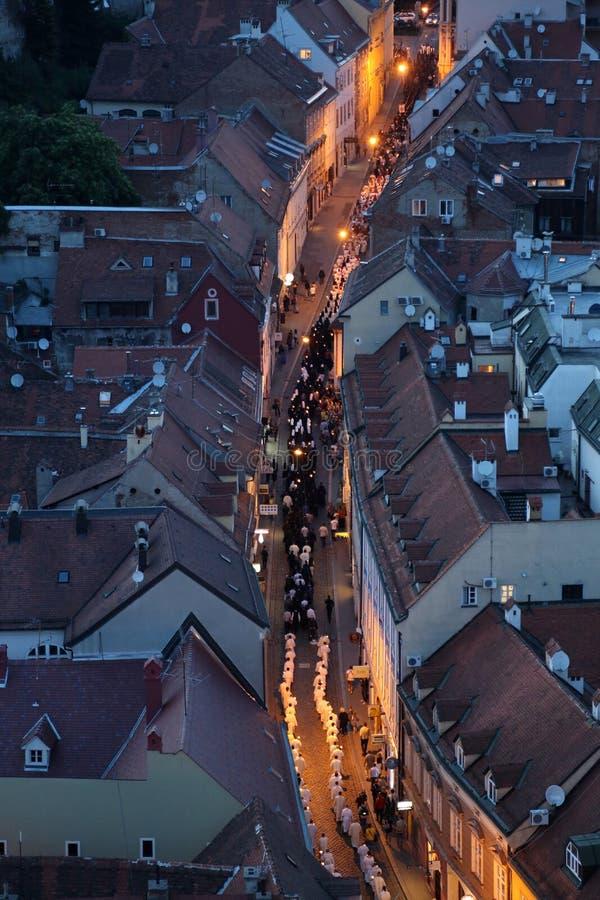 Processione tramite le vie della citt? per un giorno la nostra signora del vrata di Kamenita, protettrice di Zagabria fotografia stock
