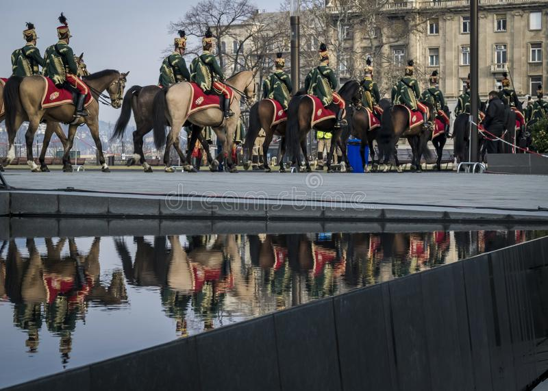 Processionen av husar på hästar under 15 militären för mars ståtar i Budapest, Ungern fotografering för bildbyråer