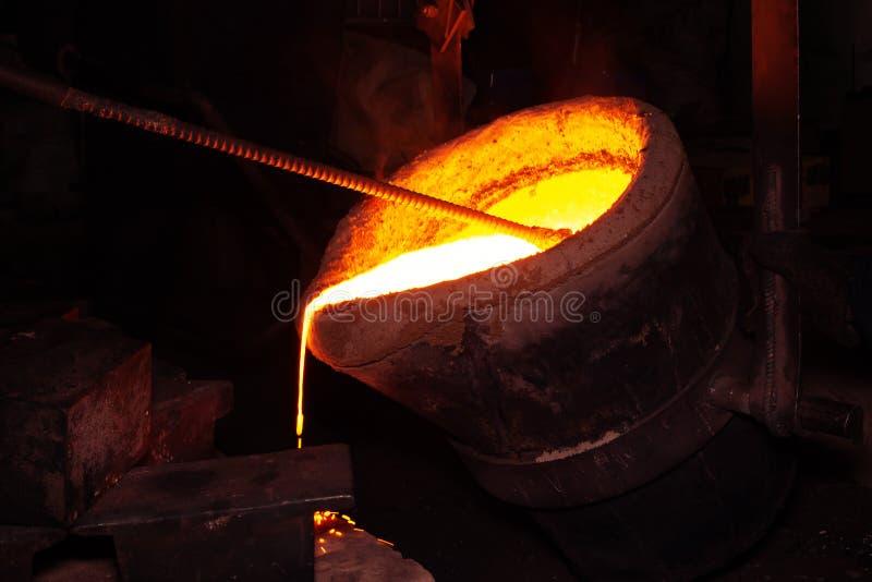 Processo da carca?a do metal com fogo de alta temperatura na f?brica da pe?a de metal foto de stock