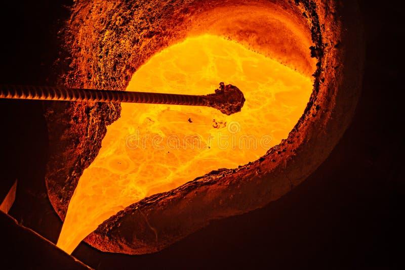 Processo da carca?a do metal com fogo de alta temperatura na f?brica da pe?a de metal imagem de stock